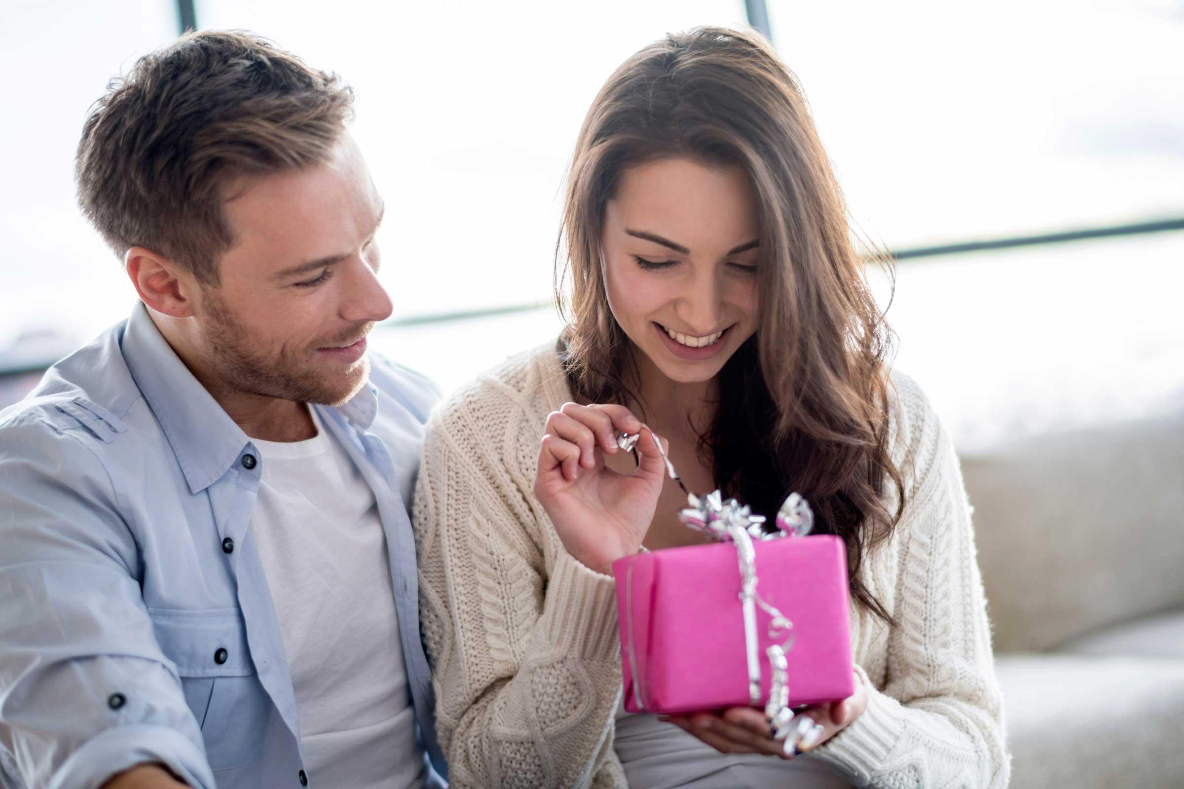 هدیه دادن به همسر در هر زمانی