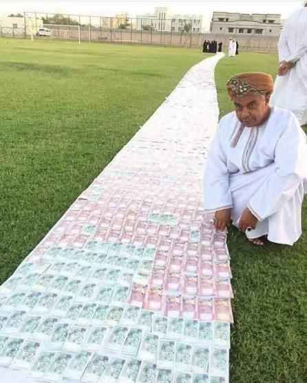 زیر پای عروس فرش پول کردند